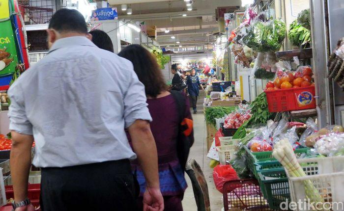 Pasar ini berupa bangunan bertingkat dengan dua lantai. Areanya tidak begitu luas.