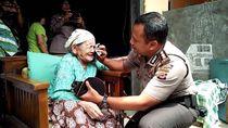 Nenek Majenah Menangis Haru Rumahnya Dibedah Aparat Cirebon