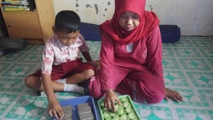Digaji Rp 500 Ribu/Bulan, Guru Nurlina Nyambi Jualan Kue