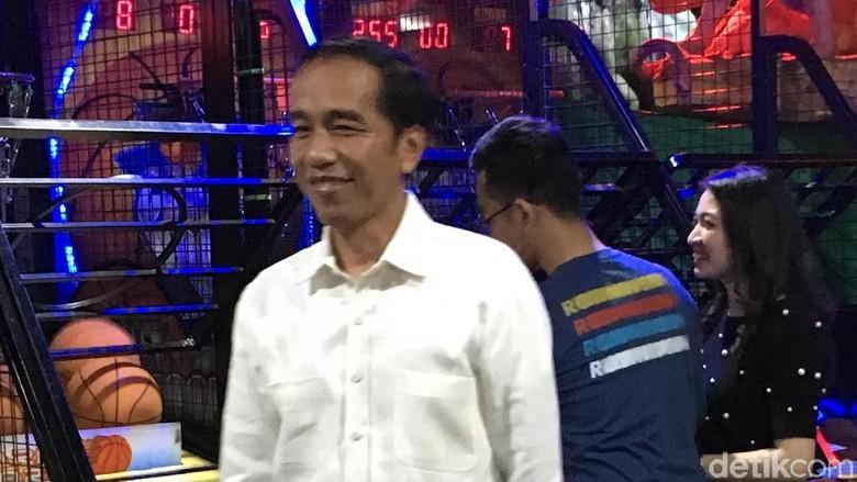 Unjuk Aksi Depan Cucu, Jokowi: Sudah 30 Tahun Tak Bermain Basket