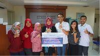 Penyerahan hadiah kepada rekanan rumah sakit dan klinik di event Medlinx izi Giveaway 2017 (Foto: Medlinx)