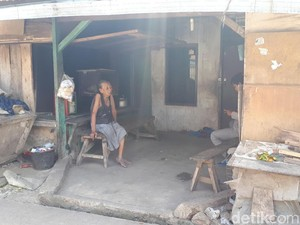 Ini Gubuk Kayu Tempat Nenek Tini Merawat Kakek Radi yang Lumpuh