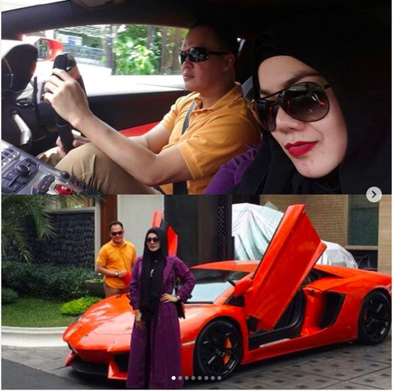 Sarita dan Harris sama-sama penggila mobil mewah. Foto: Screnshot Instagram Sarita