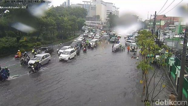 Surabaya Diguyur Hujan Deras, Genangan Air Ada Dimana-mana