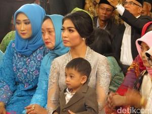 Saat Selvi Menantu Jokowi Pangku Jan Ethes di Pesta Adat Kahiyang