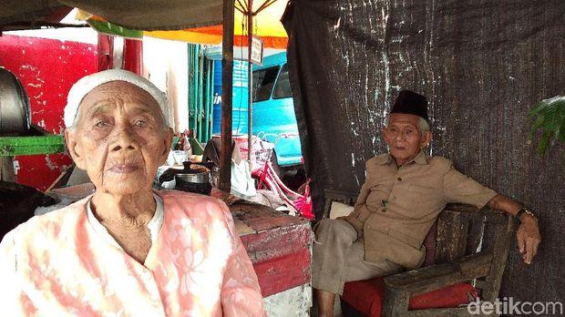 Ambiya bersama istrinya yang sudah berusia 106 tahun