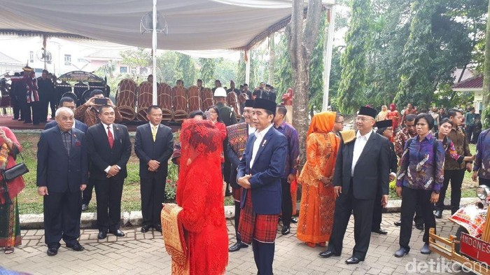 Jokowi dan Iriana tiba di lokasi acara. (Andhika Prasetia/detikcom)
