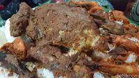 Ayam kampung utuh dengan paduan rempah yang disajikan dengan nasi putih.