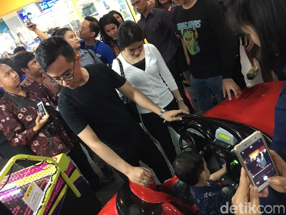 anak dan cucu jokowi main di mall di medan