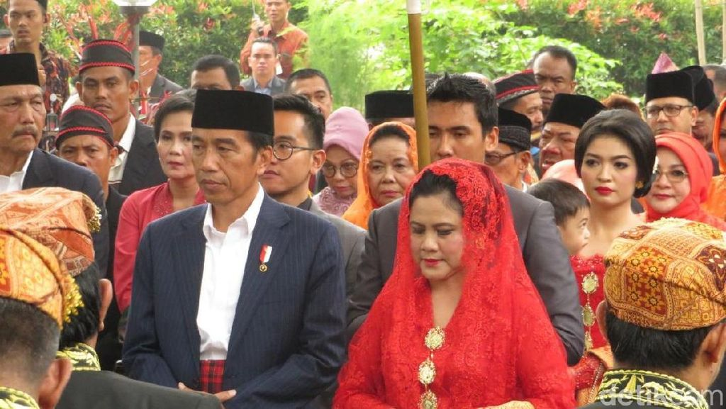 Gaya Iriana Jokowi Manortor Pakai Kebaya Merah di Pesta Adat Kahiyang-Bobby