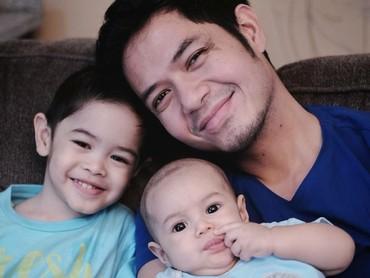 Atau lebih mirip ayahnya ya? Gimana menurut Bunda? (Foto: Instagram/ichasoebandono)