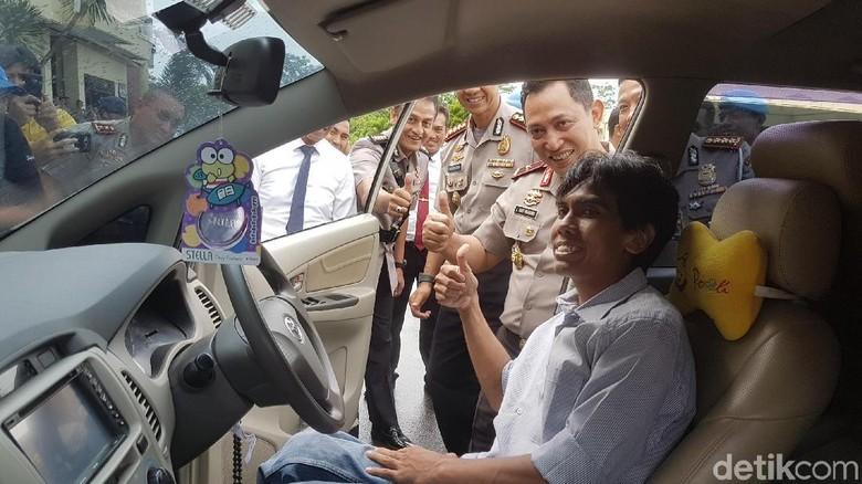 Pria Ini Menangis Terharu Mobilnya yang Dicuri Dikembalikan Polisi