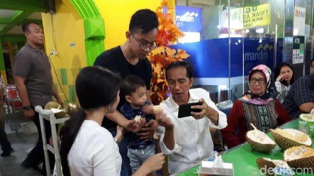 Jokowi sempat ajak cucunya nge-vlog saat makan durian.