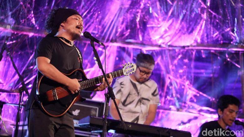 Vokalis Payung Teduh, Is memutuskan untuk hengkang. Namun ia tetap melaksanakan tugasnya dengan bernyanyi bersama bandnya sampai kontarknya habis. Foto: Hanif Hawari/detikHOT