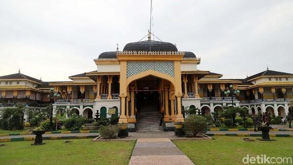 Selanjutnya ada Istana Maimun. Disebut sebagai salah satu istana terindah di Indonesia, Istana Maimun memiliki arsitektur yang unik dengan perpaduan beberapa unsur kebudayaan Melayu bergaya Islam (Timur Tengah), Spanyol, India dan Italia. Sekilas tentang sejarahnya, Istana Maimun merupakan peninggalan Kerajaan Deli. Didirikan oleh Sultan Maimun Al Rasyid Perkasa Alamsyah yang merupakan keturunan raja ke-9 Kesultanan Deli. Istana ini dibangun pada 26 Agustus 1888 dan baru diresmikan pada 18 Mei 1891.Grandyos Zafna/detikcom.
