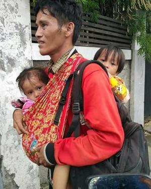 Sudinsos Jakut: Bapak Gendong 2 Anak yang Viral Tinggal di Jakarta