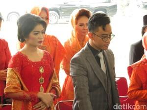 Gaya Selvi Menantu Jokowi Berkebaya Merah dengan Tas Dior