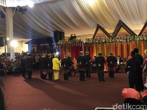 Horas! Jokowi Manortor di Puncak Pesta Adat Kahiyang-Bobby
