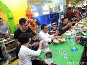 Mampir ke Ucok Durian, Begini Ekspresi Jan Ethes Mencicip Durian Bersama Jokowi!