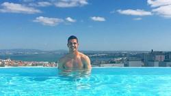Andre Silva adalah seorang pesepakbola asal Portugal yang disebut sebagai penerus Cristiano Ronaldo. Tak hanya jago main bola, ia juga punya perut sixpack.