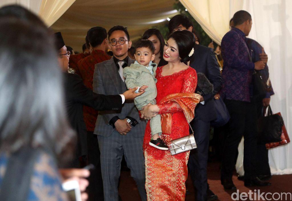 Gibran Rakabuming Raka beserta istri Selvi Ananda dan anak Jan Ethes meninggalkan lokasi acara Mata Ni Horja atau puncak pesta adat pernikahan Kahiyang Ayu dan Bobby Nasution.