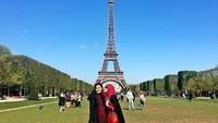 Inge juga terlihat sering pergi traveling bersama sang Ibunda. Lihat saja fotonya saat di Menara Eiffel, Paris, Prancis yang satu ini (ingenst/Instagram)