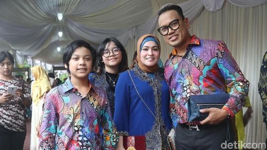 Gaya Kompak Keluarga Uya Kuya di Resepsi Kahiyang-Bobby