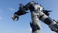 Di bagian luarnya, juga ada robot raksasa yang menjadi ikon Oriental Sci-F Valley. Kita tunggu saja bagaimana hasilnya! (REUTERS)
