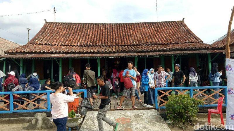 Pasar Baba Boentjit terletak di Rumah Oeng Boen Tjit, Lorong Saudagar Yucing, Kelurahan 3-4 Ulu, Kecamatan Seberang Ulu I, Palembang. Rumah ini diketahui sudah berusia 300 tahun dan masih berdiri kokoh ditepian Sungai Musi dengan ornamen Tiongkok, serta ukiran khas Kota Palembang dengan nilai sejarah tersendiri (Raja Adil Siregar/detikTravel)