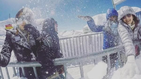 Tidak cuma itu saja, ia juga pernah mencapai puncak Gunung Titlis dan bermain salju di Swiss (ingenst/Instagram)