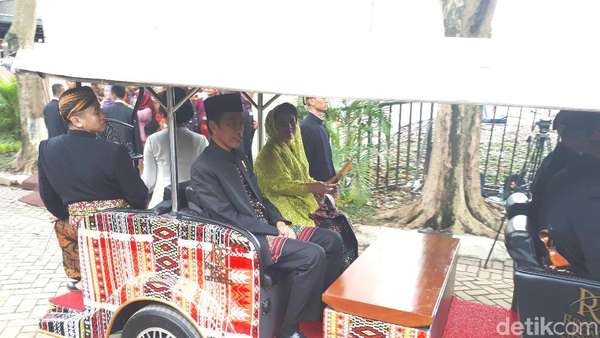 Pakai Mobil Ulos, Jokowi Tinggalkan Resepsi Sesi Pertama Kahiyang