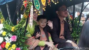 Momen Menarik Saat Kirab: Jokowi Bagikan Bingkisan, Ethes Makin Gemes