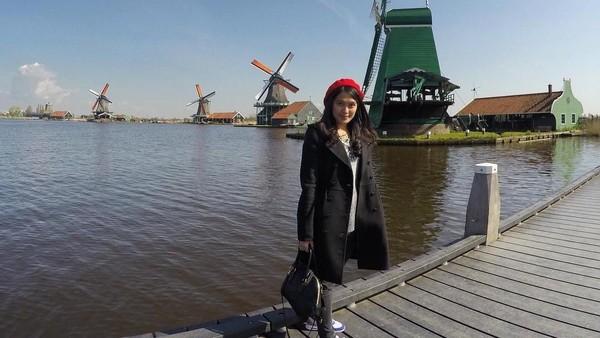 Ia pernah mengunjungi beberapa negara di Eropa. Gayanya pun stylish dan cantik! (ingenst/Instagram)