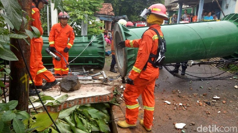 Tower BTS yang Roboh di Cipayung Dipotong Pendek untuk Dievakuasi