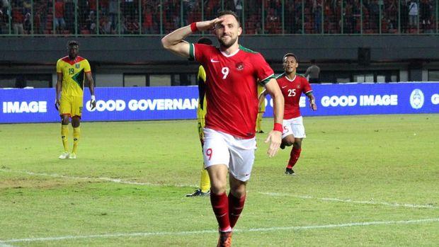 Ilija Spasojevic menjadi penerjemah dadakan bagi pemain Timnas Indonesia lainnya dalam pemusatan latihan kali ini.