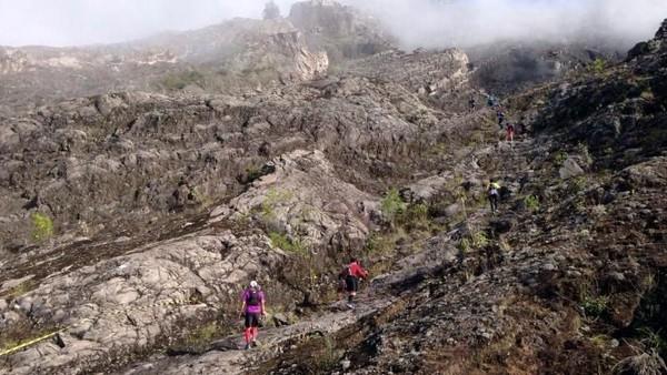 Foto: Meski terjal, tapi itu tidak menghalangi wisatawan yang ingin mendaki sampai ke puncak Gunung Agung. Justru para petualang merasa tertantang untuk menaklukkan gunung tertinggi di Bali ini. (Andik Setiawan/dTraveler)