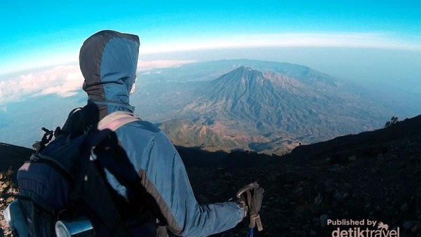 Foto: Dari puncak Gunung Agung, kita bisa melihat Gunung Batur dari kejauhan. Cantik bukan? (I Gede Leo Agustina/dTraveler)