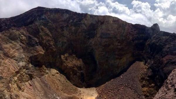 Foto: Dari atas puncak, kita bisa melihat kawah Gunung Agung. Kali terakhir Gunung Agung erupsi terjadi pada tahun 1963. (Andik Setiawan/dTraveler)