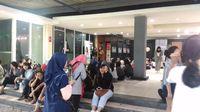 Penonton menunggu konser Hyukoh di Jakarta dimulai.