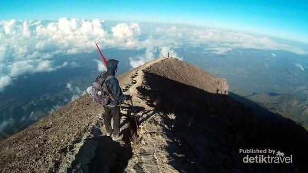 Foto: Perlu persiapan fisik yang prima untuk sampai ke puncak Gunung Agung. Dari atas puncak, kita bisa melihat lautan awan yang indah. (I Gede Leo Agustina/dTraveler)