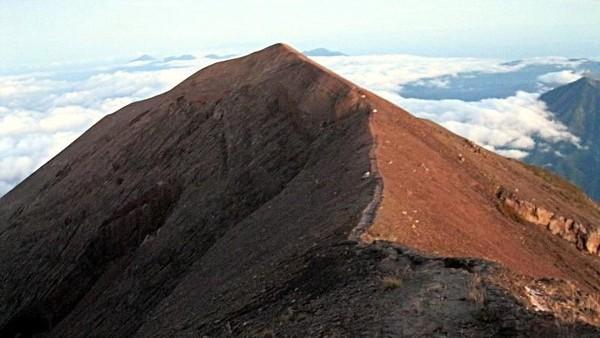 Foto: Gunung setinggi 3.142 Mdpl ini memang terhitung sebagai gunung berapi aktif. Meski tergolong aktif, tapi wisatawan bisa mendaki hingga ke puncaknya. (Dinan Nurhayat/dTraveler)