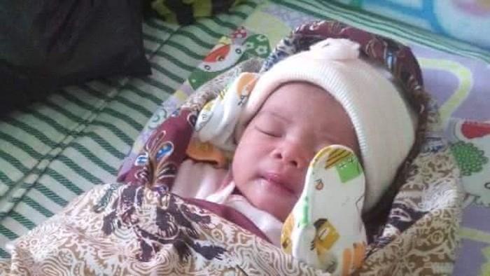 Miris Bayi Perempuan Baru Lahir Ditinggal Di Teras Rumah Warga
