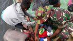 Prajurit Kostrad Selamatkan Korban Kapal Tenggelam di Perairan Maluku