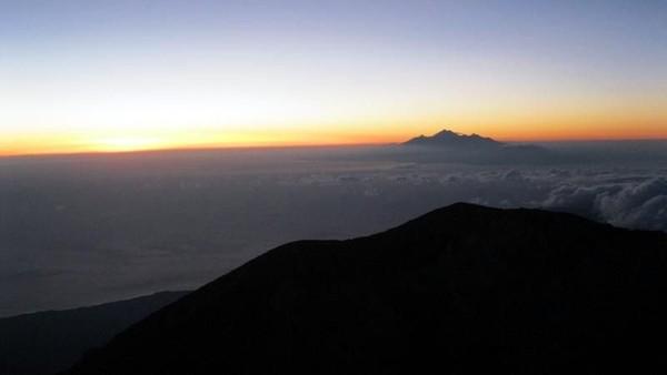 Foto: Traveler yang mendaki gunung ini bisa menikmati sajian sunrise yang dahsyat. Dari kejauhan, Gunung Rinjani bisa dilihat traveler dengan jelas. Gagah! Semoga erupsi Gunung Agung bisa cepat segera berakhir. (Dinan Nurhayat/dTraveler)