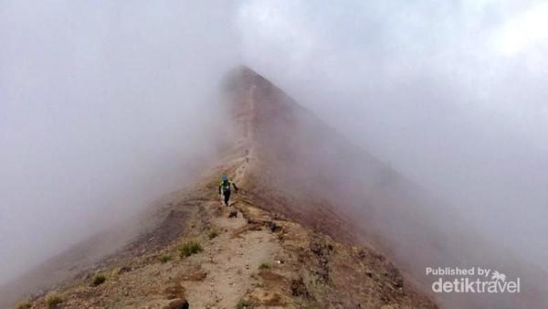 Foto: Tak jarang kita akan disambut kabut begitu sampai di kawasan puncak. Bak di negeri atas awan. (Andik Setiawan/dTraveler)