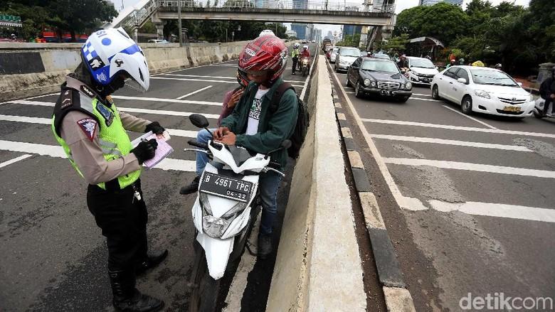 Polisi menilang pemotor yang terobos JLNT Kasablanka Foto: Rengga Sancaya