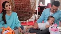 Ussy Sulistiawaty dan Andhika Pratama kompak mengenakan baju berwarna sama. Foto: dok Instagram Ussy Sulistiawaty