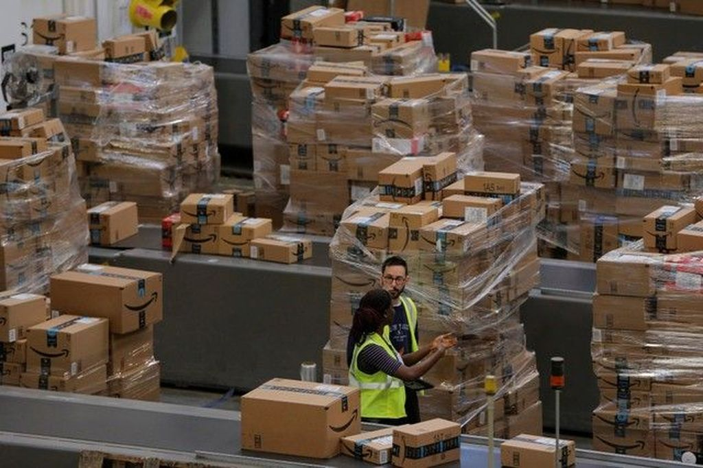 Sebagai raksasa e-commerce, Amazon mengoperasikan banyak gudang di berbagai negara. Foto: Reuters