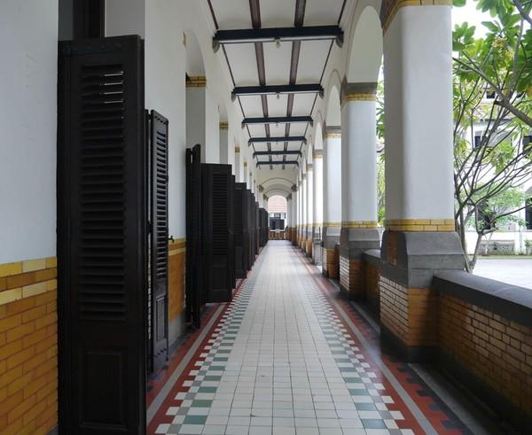 Cat bangunan tampak putih bersih. Pintu-pintu berjejer dengan rapinya (Kurnia/detikTravel)