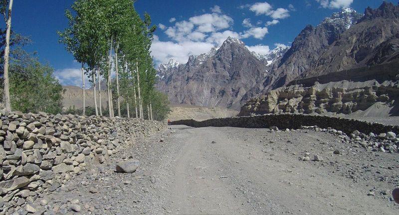 Adalah Shimshal, sebuah desa yang terletak di Gojal Tehsil Distrik Hunza, di wilayah Gilgit-Baltistan Pakistan yang sebelumnya dikenal sebagai Wilayah Utara Pakistan. Desa Shimshal ada di ketinggian 3.100 mdpl dan bisa di bilang permukiman tertinggi di Pakistan (Dok. BBC Travel)